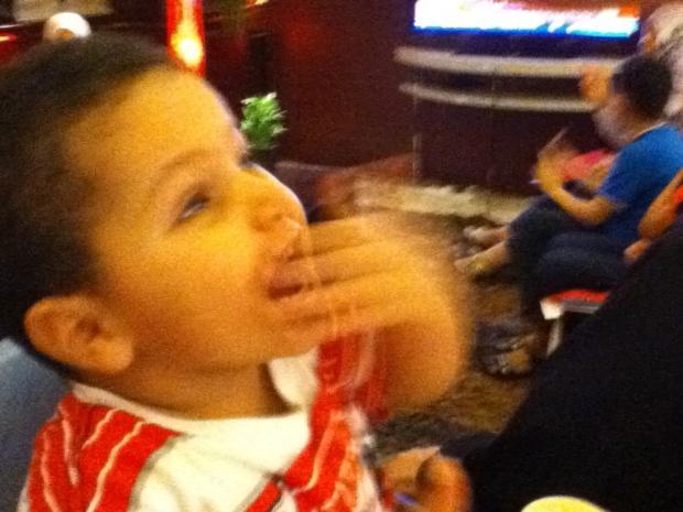 طفل ليبي يعبر عن فرحته بزغروتة